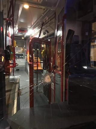 Aggressione nel bus Anm notturno, autista e passeggeri sotto choc