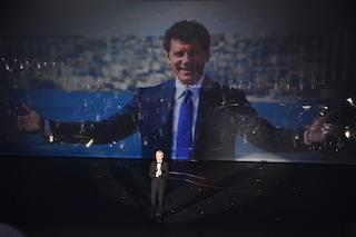 Sanremo 2019, omaggio alla memoria di Fabrizio Frizzi con una sua foto, sorridente, a Napoli