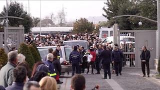 Bimbo ucciso di botte, la madre di Giuseppe lascia la chiesa da un'uscita secondaria