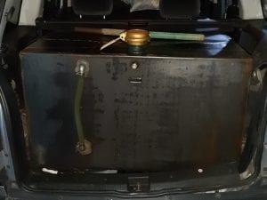 Una delle autovetture-cisterna sequestrate dalla Guardia di Finanza di Torre Annunziata.