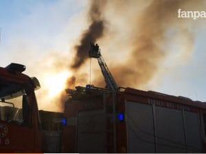 La nube che si è sprigionata dalla fabbrica andata in fiamme a Casoria. [Foto / Fanpage.it]