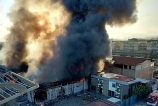 Casoria, incendio a fabbrica di alluminio: il fumo nero arriva fino a Napoli