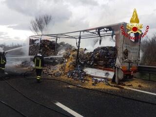 Il tir prende fuoco in autostrada: quintali di pasta andati in fumo