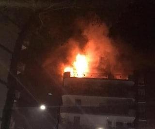 Fuochi d'artificio sul balcone, incendio devasta un appartamento: paura nella notte a Napoli