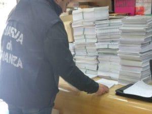 I libri fotocopiati che sono stati sequestrati dalla Guardia di Finanza.