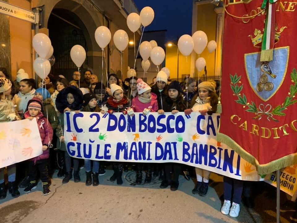 Tanti i bambini scesi in strada a Cardito (Napoli) per ricordare il piccolo Giuseppe, ucciso di botte a soli sette anni. [Foto / Fanpage.it]