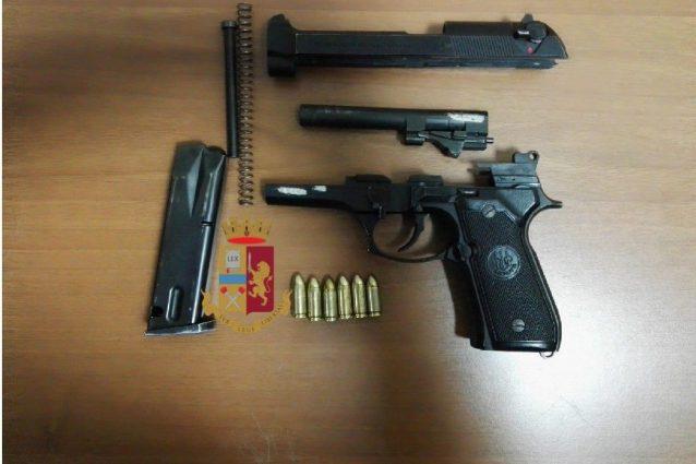 La pistola, il caricatore e le munizioni ritrovate addosso all'uomo che girava su via Chiatamone dalle forze dell'ordine.