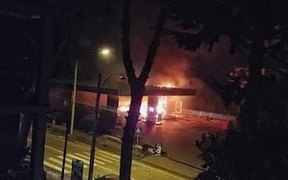 Colli Aminei, boato nella notte: a fuoco il più grosso distributore di benzina della zona