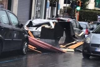 Bufera di vento, mezz'ora di tempesta, danni (lievi) in molte zone di Napoli: due feriti