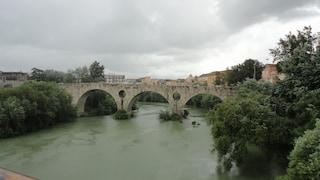 La moglie chiede la separazione, lui si getta nel fiume Volturno: salvato dai carabinieri