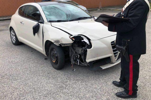 La vettura sequestrata dai carabinieri al ventenne costituitosi in caserma.