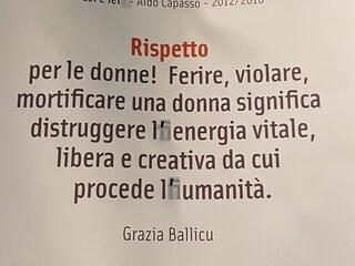 Napoli, in Cumana la mostra antiracket col nastro adesivo a coprire gli errori