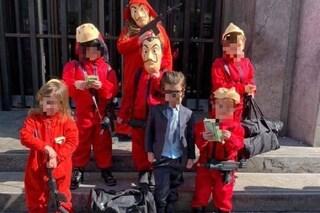 """Carnevale a Napoli, i deliziosi bambini vestiti da """"La Casa di Carta"""" davanti al Banco Napoli"""
