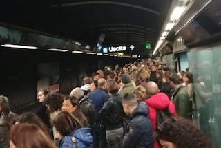 Metropolitana nel caos, un solo tornello per l'accesso e banchina gremita di persone