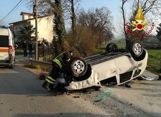 Sbanda e finisce contro palo della luce, automobile si ribalta: 4 feriti
