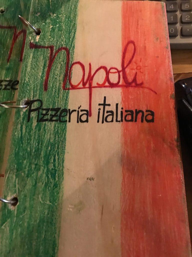 Il menu rilegato in legno e decorato a mano