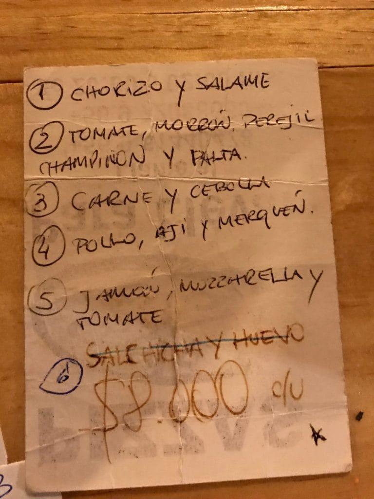 Il primo menù scritto su carta della Pizzeria Napoli a Puerto Natales