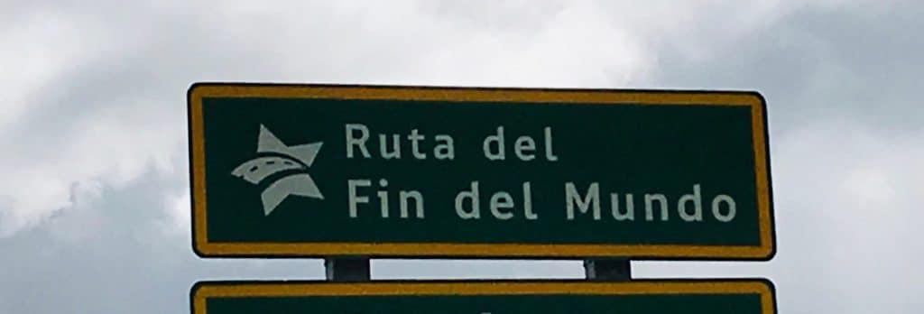 """Il cartello della strada che porta """"alla fine del mondo"""""""