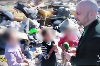 Striscia la Notizia al campo rom di Giugliano coi bambini tra i rifiuti. Il sindaco si nega
