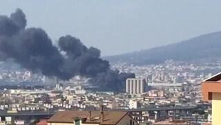 Incendio in una fabbrica di vernici a Castellammare: nube tossica sulla città