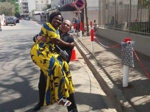 Rino e Patricia dopo aver ritirato il visto in Senegal