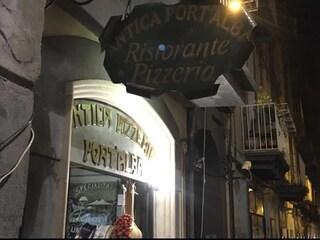 Pizzerie di Napoli senza pace: rubata la storica insegna della pizzeria Port'Alba