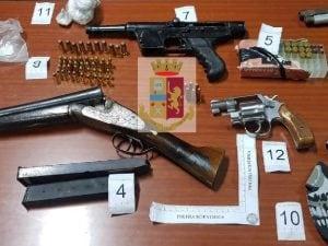 L'arsenale della camorra scoperto dalla polizia a Forcella.