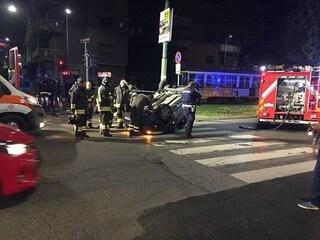 Napoli, perdono il controllo dell'auto che si ribalta: gravi tre giovanissimi