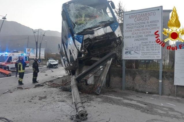Una immagine dell'incidente (foto Vigili del fuoco Avellino)