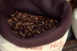I carabinieri sequestrano 9 tonnellate di caffè colombiano, pronto a finire nei bar napoletani
