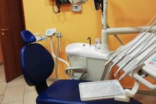 Falso dentista scoperto a Napoli: clienti raggirati per migliaia di euro