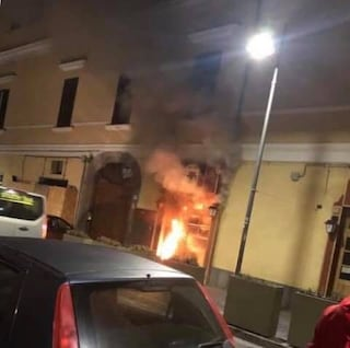 Torre del Greco: bomba nella notte contro un noto pub, devastato da un incendio