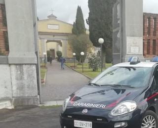 Profanato il cimitero di Montoro, tombe razziate e ladri in fuga con 40 portafiori