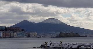 Napoli, l'inverno non vuole andar via: torna la neve sul Vesuvio
