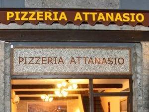 L'esterno della Pizzeria Attanasio in via dei Tribunali, nel cuore del Centro Storico di Napoli.