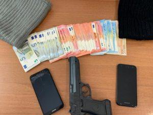 Soldi, cellulari e pistola recuperati dagli agenti di Polizia.