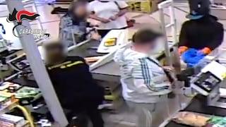 Pianura, commerciante difende la commessa durante la rapina, ferito alla testa