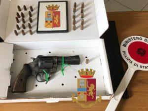La pistola recuperata dai poliziotti all'interno di una cassetta delle lettere.