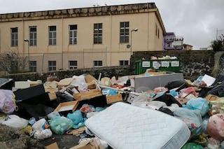 Torre del Greco: la scuola è circondata dai rifiuti e i genitori tengono i bimbi a casa