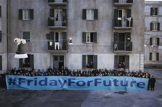 "Amica Geniale 2, tutti gli attori sul set con lo striscione: ""Friday for future"""