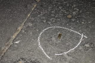 Notte di follia a Napoli, spari per festeggiare, uomo colpito da proiettile alla gamba