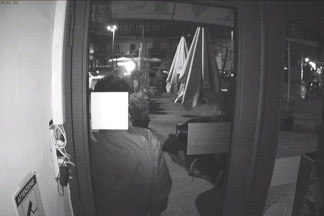 Il personale del bar accovacciato durante la sparatoria, ripresi dalle videocamere di videosorveglianza.