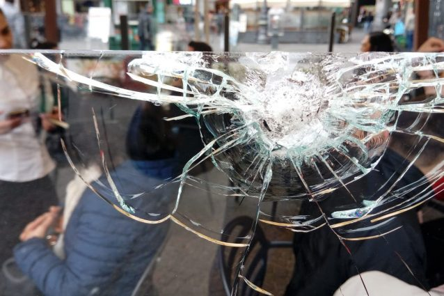 Uno dei vetri spaccati da un proiettili in piazza Trieste e Trento.