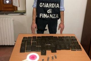 In macchina con cinque chili di hashish, arrestato corriere della droga