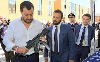 La foto di Matteo Salvini col mitra, De Magistris: 'Delirio di onnipotenza'