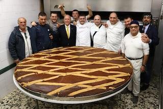 La pastiera napoletana più grande del mondo costa 7mila euro e pesa 300kg