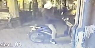 Scooter usato come ariete per rubare nella pizzeria di Michele Condurro al Vomero