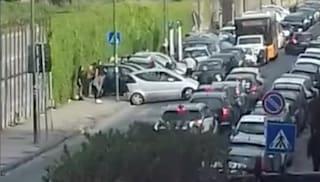 Cinque euro per un posto auto, Bagnoli ostaggio dei parcheggiatori abusivi
