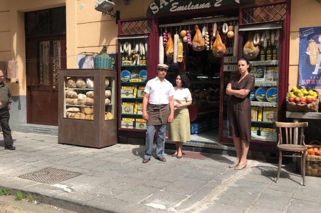 """Alcuni dei personaggi sul set de """"L'amica geniale"""" a piazza Carlo III."""