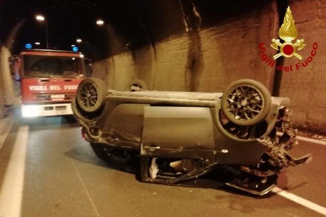 L'automobile ribaltasi in galleria dopo l'incidente, lungo il Raccordo Autostradale Avellino-Salerno, all'altezza di Solofra.